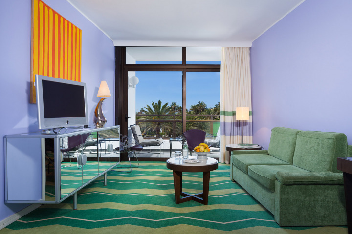 A relaxing Junior Suite with interior design in green and the sea view in Gran Canaria